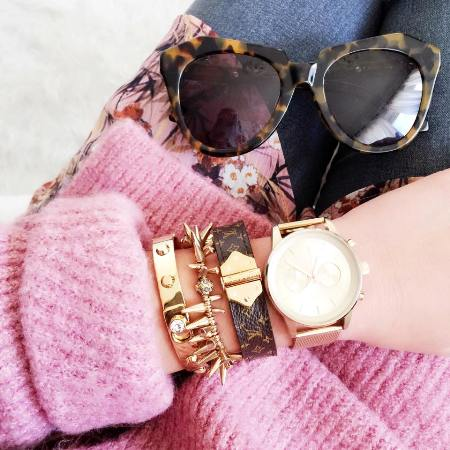 golden watch with golden bracelets
