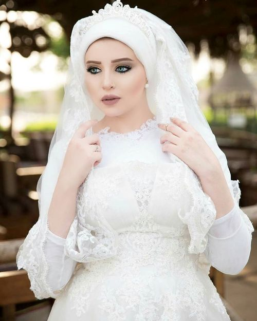 wedding dress veiled model