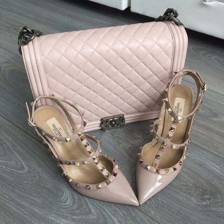 nude pink chanel bag and heels