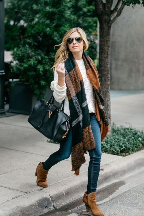 plaid-scarf-sweater-outfit